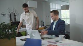Empresário do homem novo que vem ao conselheiro de imposto do escritório para a consulta video estoque