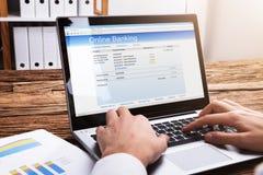 Empresário Doing Online Banking no portátil imagens de stock royalty free