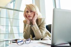 Empresário esgotado Suffering da dor de cabeça imagens de stock