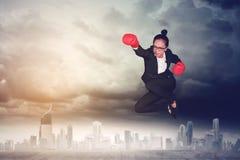 Empresário fêmea novo com luvas de encaixotamento fotos de stock