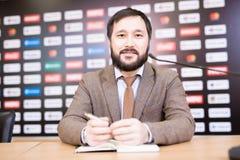 Empresário farpado na conferência de imprensa imagem de stock royalty free