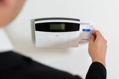 Empresário Hands Inserting Keycard no sistema de segurança Fotografia de Stock Royalty Free