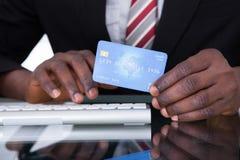 Empresário Holding Credit Card fotografia de stock