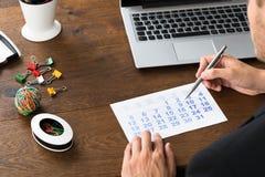 Empresário Holding Pen Over Calendar imagens de stock royalty free
