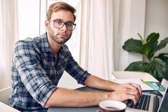 Empresário independente que olha a câmera Fotografia de Stock Royalty Free