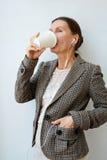 Empresário maduro com copo de papel fotografia de stock