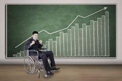 Empresário masculino deficiente com uma carta financeira Fotografia de Stock