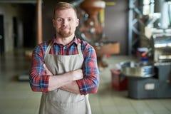 Empresário moderno no café Roastery foto de stock
