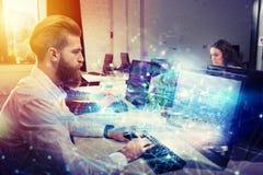 Empresário no escritório conectado no Internet Conceito da parceria e dos trabalhos de equipa imagens de stock