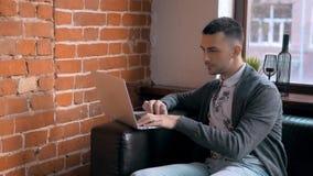 Empresário novo Freelancer Working que usa um portátil e em Coworking Fotografia de Stock Royalty Free