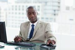 Empresário novo que pendura acima fotos de stock