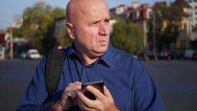 Empresário ocupado Text Using Cellphone e caminhada na rua filme