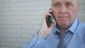 Empresário Portrait Talking ao telefone celular fotos de stock royalty free