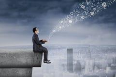 Empresário que compartilha da informação no telhado Imagem de Stock Royalty Free