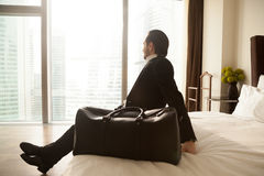 Empresário que descansa na sala de hotel após o voo Foto de Stock Royalty Free
