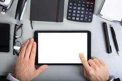 Empresário que guarda a tabuleta digital imagem de stock royalty free