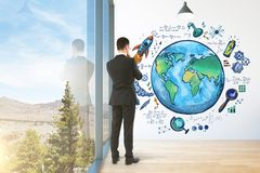 Empresário que olha o esboço do globo Foto de Stock Royalty Free