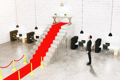 Empresário que olha o tapete vermelho Foto de Stock Royalty Free