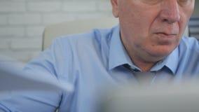 Empresário seguro Close Image Working no escritório fotografia de stock