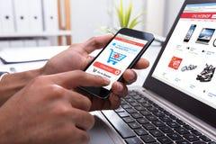 Empresário Shopping Online On Smartphone foto de stock