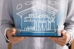 Empresário Showing Model Home imagem de stock royalty free