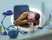 Empresário sonolento que tem uma sesta na mesa de escritório para o abrandamento Fotos de Stock Royalty Free
