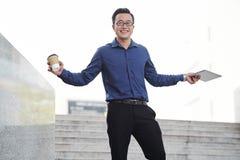 Empresário vietnamiano novo bem sucedido feliz foto de stock royalty free