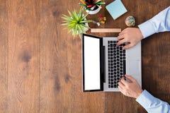 Empresário Working On Laptop imagem de stock royalty free