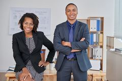 Empresários afro-americanos que levantam para a foto fotografia de stock