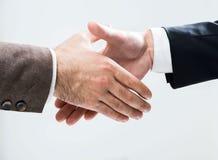 Empresários aproximadamente para agitar as mãos imagem de stock