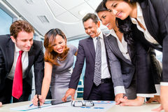 Empresários asiáticos que encontram-se no escritório Fotografia de Stock Royalty Free