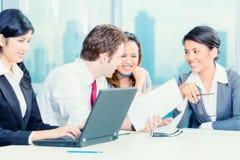 Empresários asiáticos que têm a reunião imagem de stock
