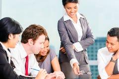 Empresários asiáticos que têm a reunião Fotografia de Stock Royalty Free