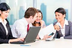 Empresários asiáticos que têm a reunião no escritório Fotos de Stock Royalty Free