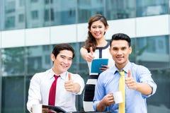 Empresários asiáticos que trabalham fora com café Fotos de Stock Royalty Free