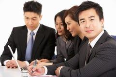 Empresários chineses que têm a reunião Fotografia de Stock Royalty Free