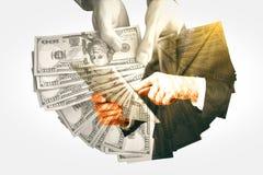 Empresários com dinheiro e tabuleta Imagens de Stock