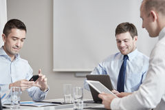 Empresários com o PC do smartphone e da tabuleta Fotos de Stock Royalty Free