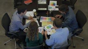 Empresários da reunião da vista superior que sentam o grupo de raça diverso da mistura do escritório da tabela vídeos de arquivo