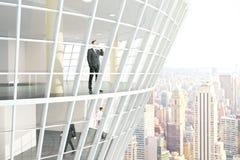 Empresários dentro da construção de vidro Imagem de Stock