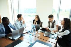 Empresários e executivos da conferência na sala de reunião moderna fotografia de stock