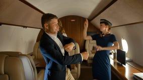 Empresários e interior da dança da comissária de bordo da primeira classe dos aviões filme