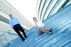 Empresários em etapas do complexo de escritório Foto de Stock