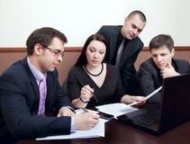 Empresários em uma reunião no escritório Imagens de Stock Royalty Free