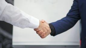 Empresários masculinos do aperto de mão dois do negócio do close-up que agitam as mãos filme