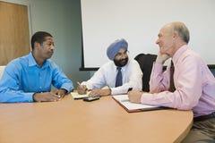 Empresários multi-étnicos na reunião foto de stock royalty free