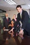 Empresários Multi-ethnic na sala de reuniões foto de stock royalty free