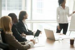 Empresários multirraciais que atendem ao treinamento do grupo incorporado ou imagens de stock