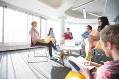 Empresários na reunião no escritório imagens de stock