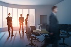 Empresários na sala de conferências Fotos de Stock Royalty Free